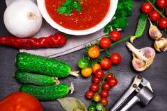 Tomates-cerises et concombres frais pour la cuisson photos libres de droits