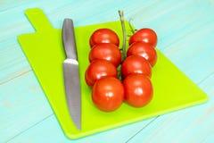 Tomates-cerises et couteau image libre de droits