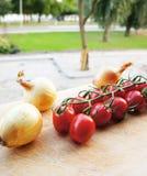 Tomates-cerises et oignons photo stock