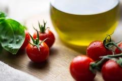 Tomates-cerises et pétrole photographie stock