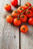 Tomates-cerises fraîches sur un fond en bois gris Photo libre de droits