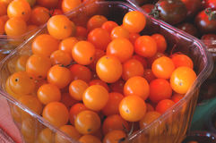 Tomates-cerises jaunes à vendre sur le farmer& x27 ; marché de s Fond d'agriculture Plan rapproché Vue supérieure Images libres de droits