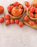 Tomates-cerises jaunes et rouges fraîches dans un panier sur un panneau de ciment, fin, l'espace de copie, vue supérieure image libre de droits