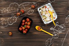 Tomates-cerises lumineuses se trouvant sur la table Photo libre de droits