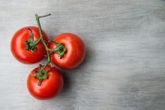 Tomates-cerises red delicious fraîches sur un vieux dessus de table en bois b Photo libre de droits