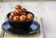 Tomates-cerises rouges juteuses fraîches Photographie stock