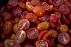 Tomates-cerises rouges juteuses mûres coupées en tranches en gros plan Photo libre de droits