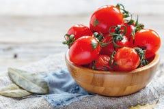 Tomates-cerises salées dans une cuvette en bois Photo stock