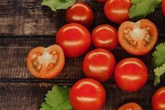 tomates-cerises savoureuses sur un support en bois, fond en bois photographie stock libre de droits