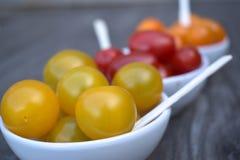 Tomates-cerises sur l'apéritif Photos stock
