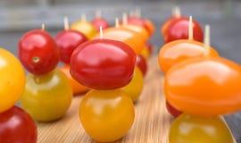 Tomates-cerises sur l'apéritif Photo stock
