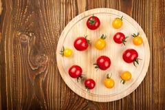 Tomates-cerises sur la planche à découper photos libres de droits