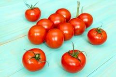 Tomates-cerises sur le fond en bois Photo stock