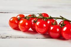 Tomates-cerises sur le fond en bois Photographie stock libre de droits