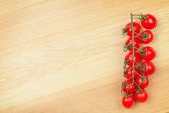 Tomates-cerises sur le fond en bois de table Image libre de droits