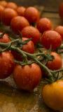 Tomates-cerises sur le hachoir et la table en bois Photographie stock libre de droits