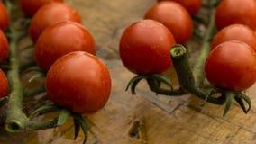 Tomates-cerises sur le hachoir et la table en bois Photographie stock