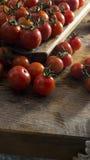 Tomates-cerises sur le hachoir et la table en bois Photo libre de droits