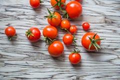 Tomates-cerises sur une table, légumes d'un potager Vue supérieure Photos stock