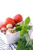 Tomates, champignons de couche et basilic frais Images stock