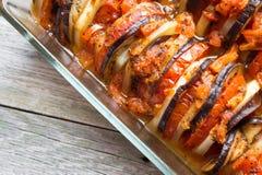 Tomates cocidos de las verduras, berenjenas, calabacín en el horno fotos de archivo