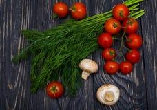 Tomates, cogumelos e ervas Fotografia de Stock