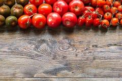 Tomates colorées sur le fond en bois de table Vue supérieure images libres de droits