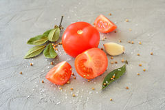 Tomates com alho e especiarias em uma tabela Imagem de Stock Royalty Free