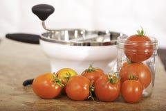 Tomates com moinho do alimento fotografia de stock royalty free