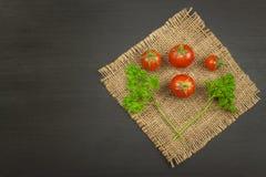 Tomates como la comida de la dieta Preparación de comidas sanas Verduras frescas en un vector de madera Foto de archivo libre de regalías