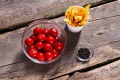 Tomates con las fritadas y la pimienta Foto de archivo