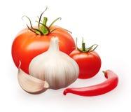 Tomates con pimienta verde de las hojas, del ajo y de chile rojo Fotografía de archivo libre de regalías