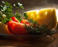 Tomates con queso y verdes Imagen de archivo libre de regalías