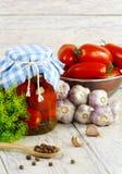 Tomates conservado, de los cotos en el crisol y fresco a Fotos de archivo