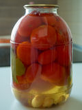 Tomates conservados en los tarros de cristal Foto de archivo libre de regalías