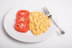 Tomates cortados con el mac y el queso Fotos de archivo