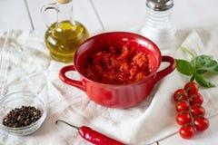 Tomates coupées avec l'huile d'olive Vue supérieure images libres de droits