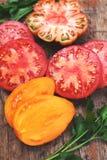Tomates coupées en tranches colorées assorties d'héritage images libres de droits