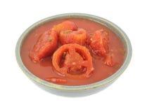 Tomates coupées en tranches cuites dans la vieille cuvette images libres de droits