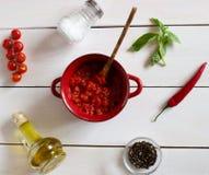 Tomates coupées sur un fond blanc Nourriture végétarienne images libres de droits