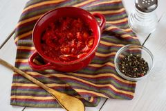 Tomates coupées sur un fond blanc Vue supérieure photo stock