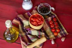 Tomates coupées sur un fond rouge Nourriture végétarienne Vue supérieure photos libres de droits