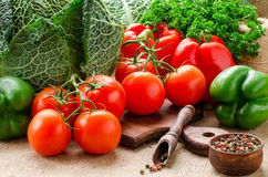 Tomates, couve, pimentas, salsa e especiarias na cozinha BO Fotografia de Stock Royalty Free