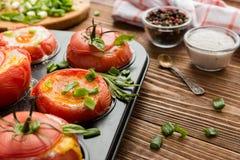 Tomates cozidos enchidos com ovos e a cebola verde Imagens de Stock Royalty Free