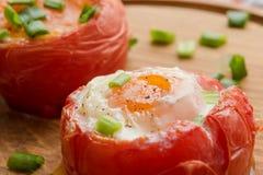Tomates cozidos enchidos com ovos e a cebola verde Fotografia de Stock