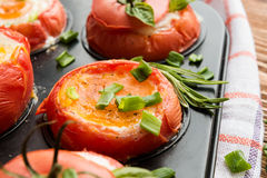 Tomates cozidos enchidos com ovos e a cebola verde Fotos de Stock