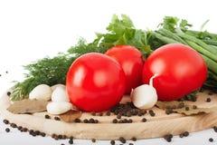 Tomates crudos frescos, cebollas verdes, perejil y eneldo Foto de archivo libre de regalías
