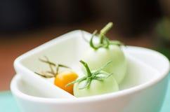 Tomates crus em uma bacia branca Imagens de Stock