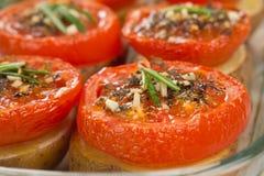 Tomates cuites au four avec des pommes de terre photo libre de droits