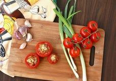Tomates cuites au four avec l'ail et l'oignon Photo stock